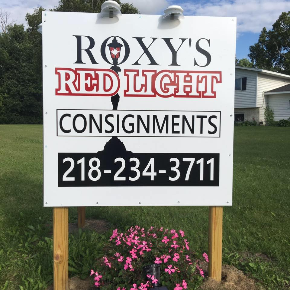 detroit lakes consignments store, Roxy's Red Light Consignments Sign